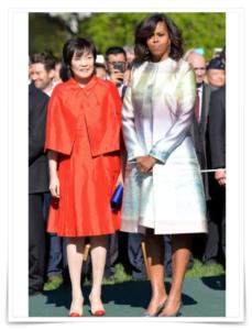 安倍昭恵の服装,膝丈ミニスカート画像