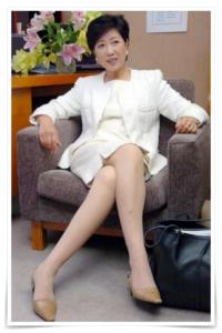 小池百合子のミニスカートで足がきれいで色っぽい画像