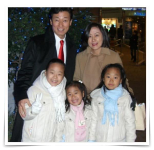 西村大臣の家族画像、嫁と子供