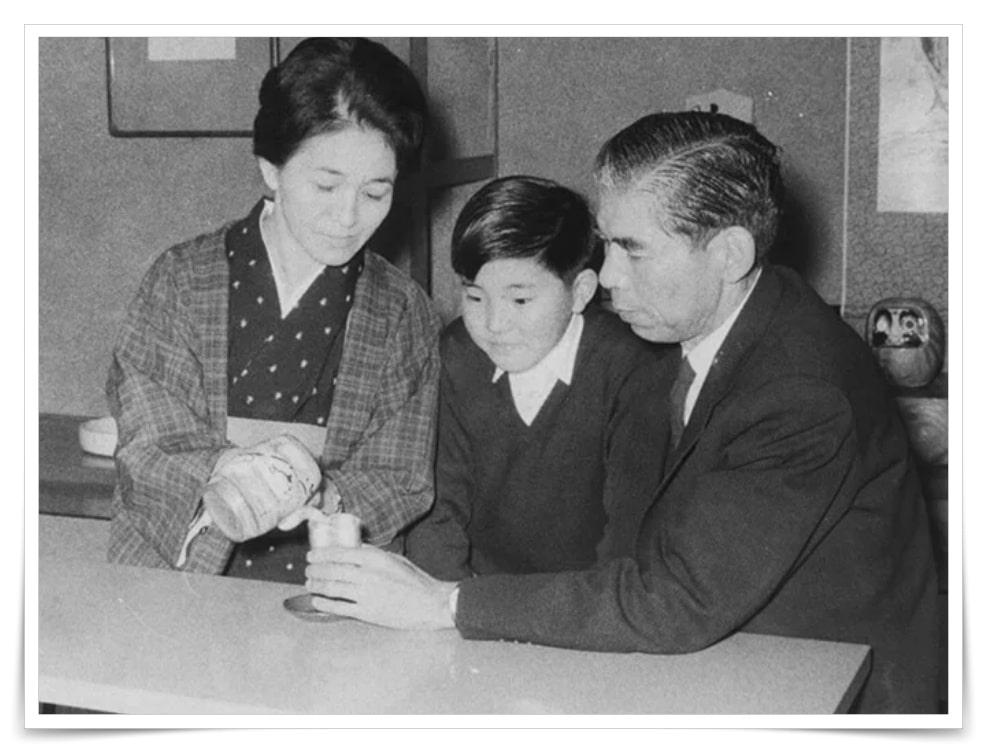 石破茂の幼少期の母親と父親との画像