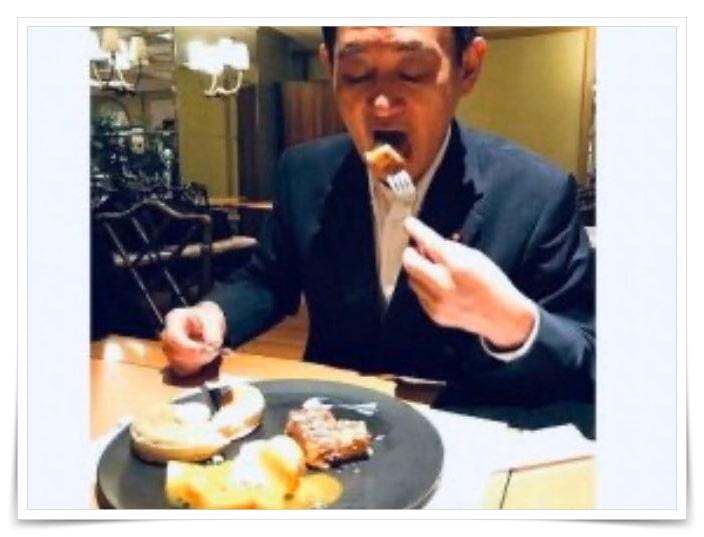 菅義偉官房長官、総理大臣がパンケーキを食べる画像